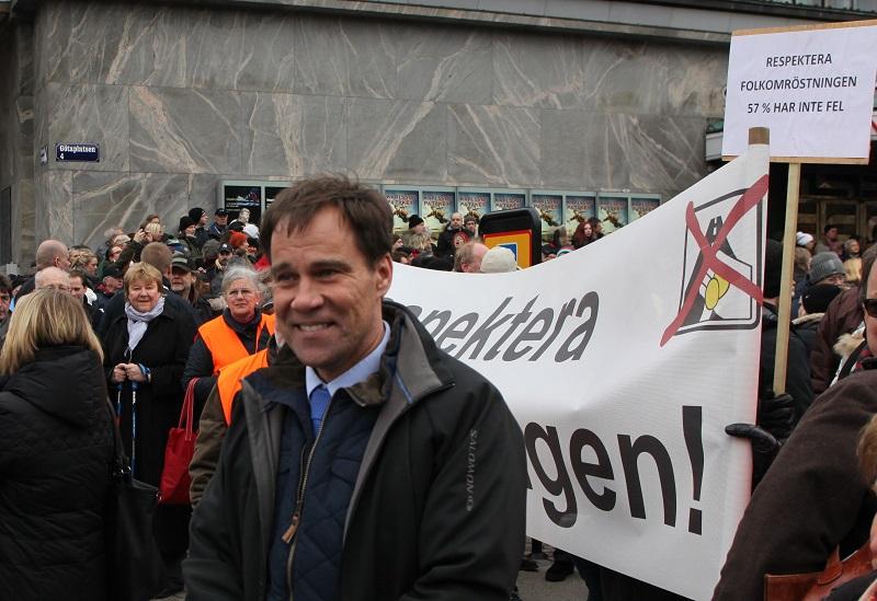 Demokraternas partiledare Martin Wannholt demonstrerar mot Västlänken