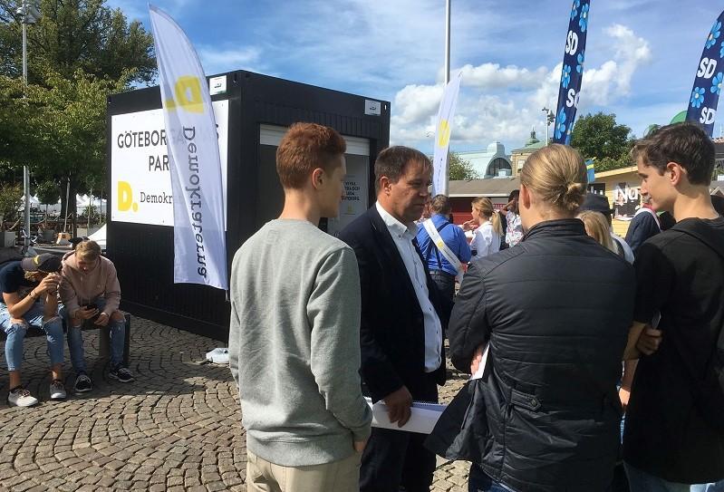 Martin Wannholt och pratar med intresserade medborgare vid valstugan på Stora Teatern.